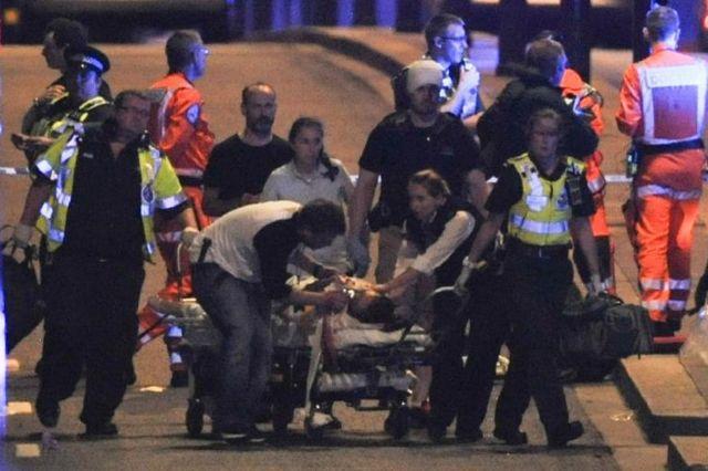 Un herido es atendido tras el ataque.