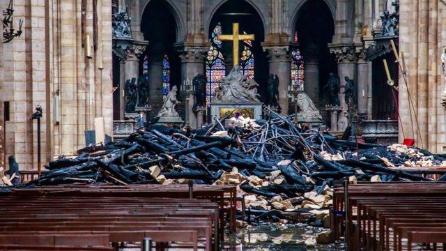Restos de madera quemada en el interior de la catedral de Notre Dame.