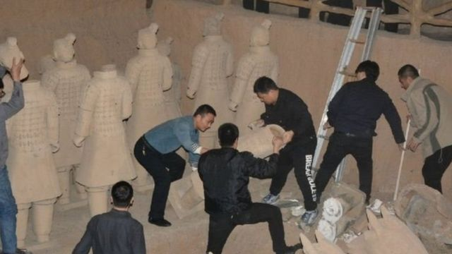 ตำรวจจีนบุกทำลายรูปปั้นทหารจิ๋นซีฮ่องเต้ปลอม