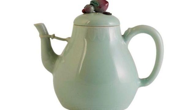 2019年。清代乾隆年間的茶壺,雖然壺蓋有所破損,卻在10分鐘內賣出104萬英鎊的高價