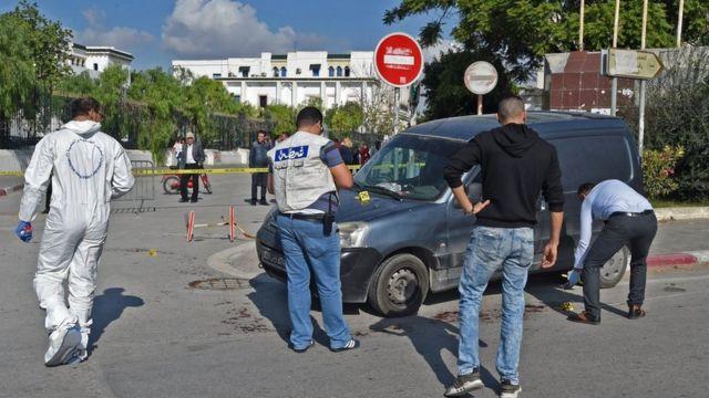 Des agents de la police judiciaire tunisienne sur le lieu de l'attaque, près du parlement, dans la capitale.