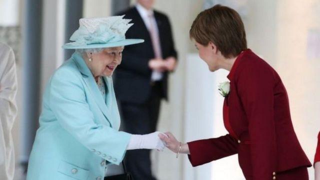Королеву приветствует первый министр Шотландии Никола Стерджен