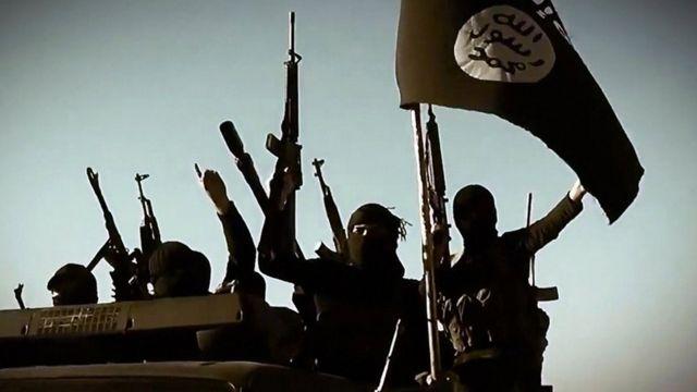 varios militantes de estado Islámico con bandera.