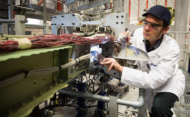 Empleado de Airbus trabaja en un A380 en la planta de Toulouse, Francia.