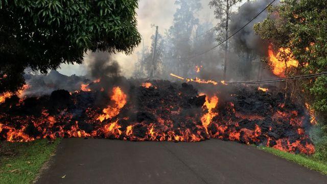 Un río de lava en la calle Makamae en Leilani, Hawái, el 6 de mayo. La erupción del Kilauea causó la evacuación de 1.700 residentes.