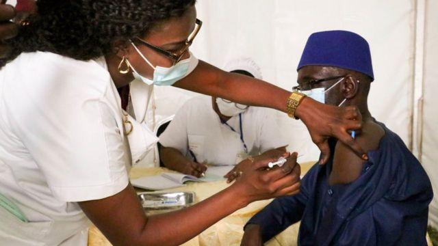 Un homme se faisant vacciner au Sénégal