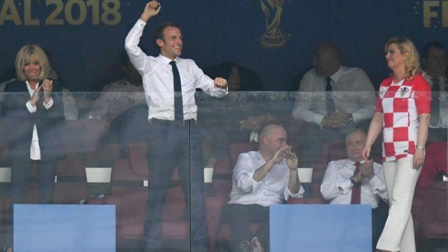 ماكرون رئيس فرنسا يحتفل بالفوز