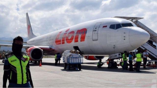 Một chiếc máy bay của hãng Lion Air đang chuẩn bị cất cánh tại sân bay Palu