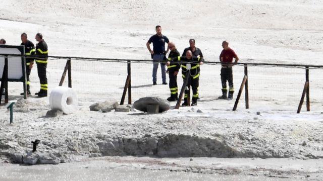 Спасатели у кратера вулкана