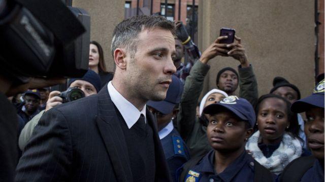 Pistorius saliendo de una de las audiencias en Pretoria.