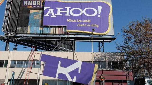 Un cartel de Yahoo siendo removido