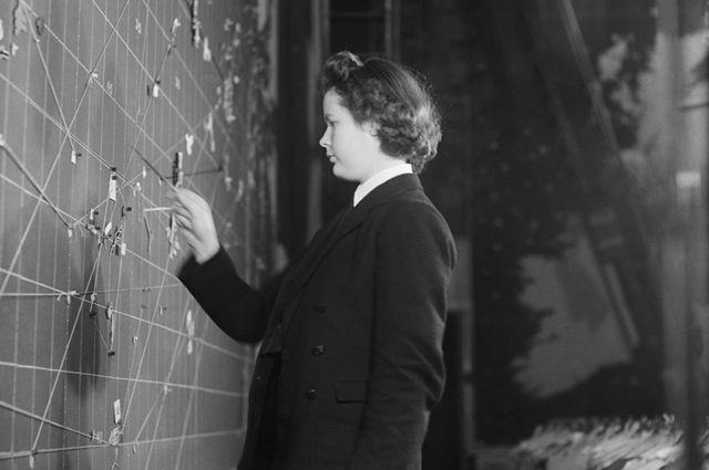 Una Wren señalando un mapa en la Sala de Operaciones de Derby House.