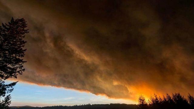 Una vista de Salem con humo de incendios forestales