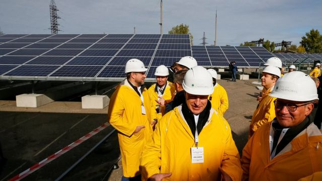 Рабочие на открытой 5 октября 2018 года солнечной установке