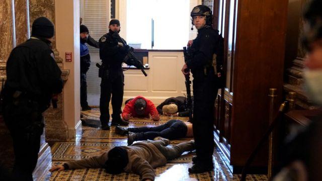 Озброєна поліція затримує учасників демонстрації в будівлі конгресу