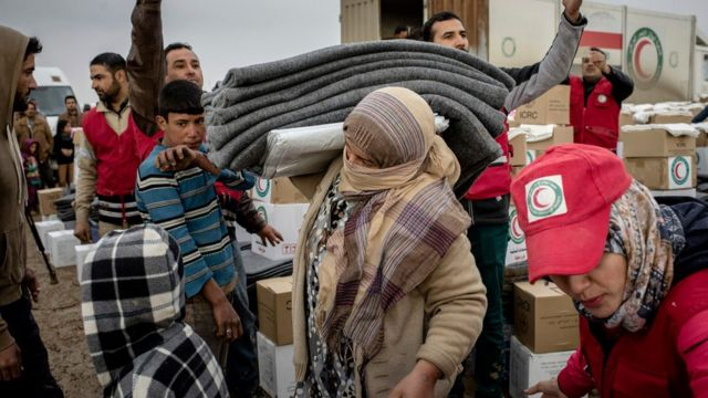 نازحون عراقيون يتلقون معونات في القيارة