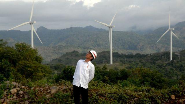 Presiden Joko Widodo memperhatikan turbin kincir angin usai meresmikan Pembangkit Listirk Tenaga Bayu (PLTB) di Desa Mattirotasi, Kabupaten Sidrap, Sulawesi Selatan, Senin (2/7).