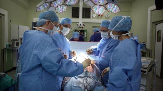 Вартіться операції не впливає на її призначення, і вона є безкоштовною для пацієнта. Але її можна чекати кілька місяців