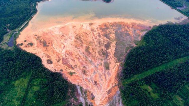 俄罗斯乌拉尔山区一处废弃的硫化铜矿,橙色的河水向矿区周围的森林扩散