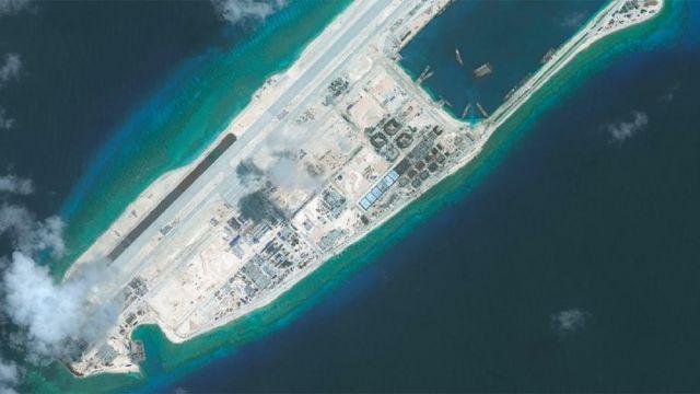 中国在南海岛屿进行了规模浩大的填海扩建工程,在扩建岛屿上修建了飞机跑道(永暑礁)(photo:BBC)