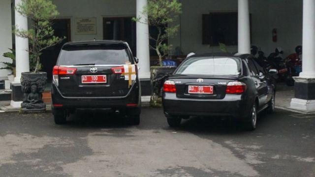 Mobil Bupati Klaten Sri Hartini yang ikut disegel oleh KPK menyusul operasi tangkap tangan yang berlangsung pada Jumat (30/12).