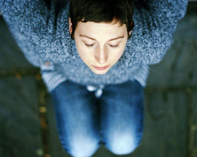 Foto de Carly Clarke relaxando com os olhos fechados, depois que a quimioterapia terminou