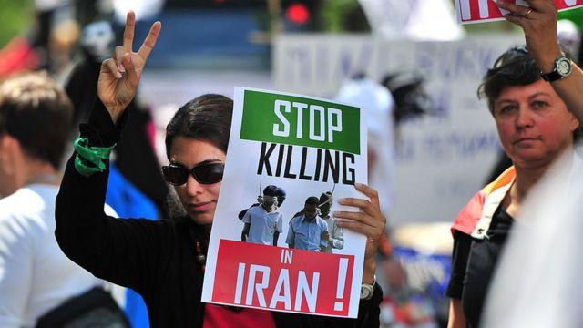 """تظاهرات همجنسگرایان در برلین با عکس معروفی از آخرین دقایق زندگی دو زندانی در ایران که به جرم """"لواط"""" اعدام شدند، ۲۰۱۰"""