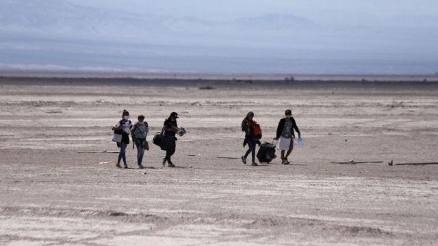 Migrantes atravesando la frontera.