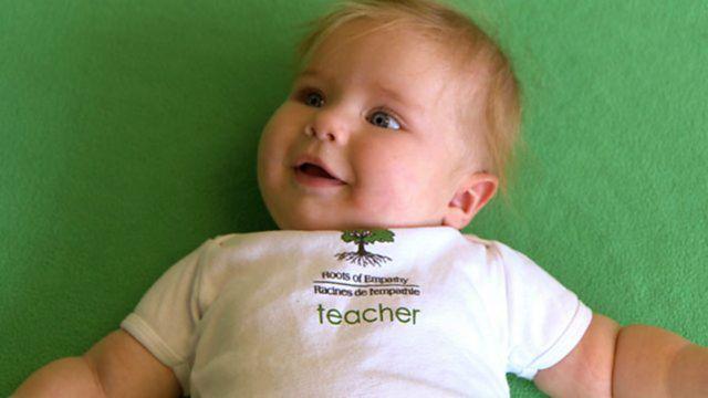 "Naomi Rose Nichols con su camiseta de ""maestra"""