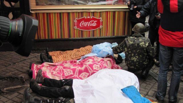 Тела людей, убитых на Институтской 20 февраля 2014 года. Тело Максима Шимко накрыто розовым пледом