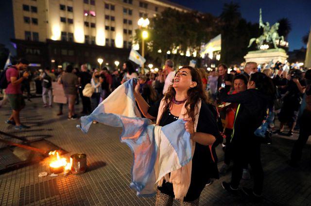 Uno de los cacerolazos en Plaza de Mayo, sede de la casa de gobierno, tras el discurso de Fernández por el cierre de los colegios.