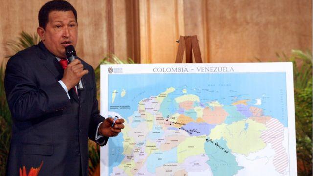 Hugo Chávez frente a un mapa de Venezuela