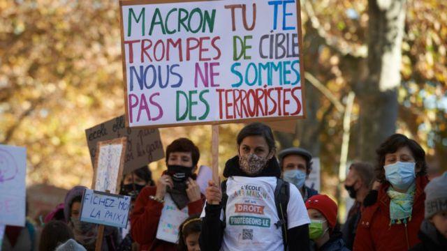 """""""ماكرون أنت مخطىء، لسنا ارهابيين""""، خلال تظاهرة في مدينة تولوز الفرنسية قبل أيام، احتجاجاً على منع التعليم في المنازل"""