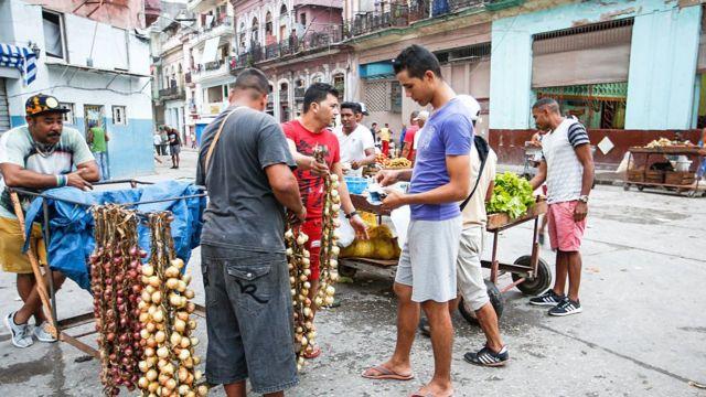 Cubanos comprando alimentos básicos.