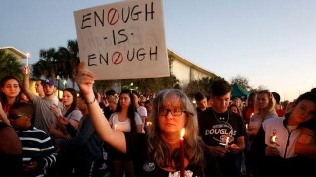 На поминальное стояние люди вышли не только со свечами, но и с плакатами