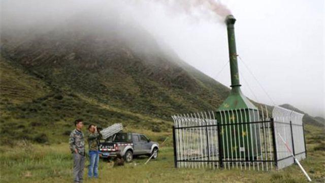 Ladera de una montaña en el Tibet chino con una cámara de combustión.
