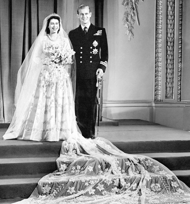 الأميرة إليزابيث (الملكة إليزابيث الثانية) والأمير فيليب، دوق إدنبرة في صورة زفافهما الرسمية في قصر باكينغهام، 20 نوفمبر/تشرين الثاني 1947