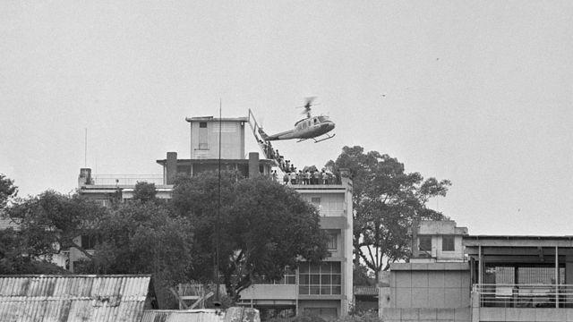 Un helicóptero de EE.UU. intenta evacuar a civiles en el techo de un apartamento en Saigón, 29 de abril de 1975