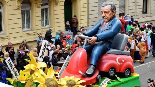 лялька Ердогана на карнавалі в Німеччині