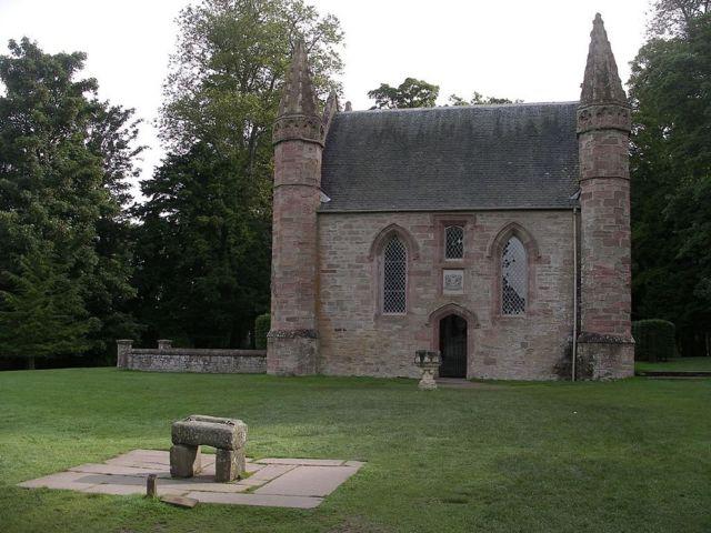 Вот здесь и короновали шотландских королей, даже, когда камня уже не было