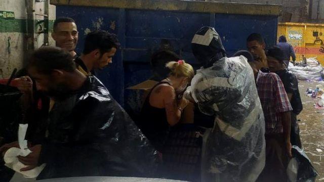 Alessandra entregando marmitex
