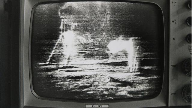 Aterrizaje en la Luna en una pantalla de televisión el 21 de julio de 1969.