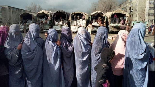 Mujeres vistiendo burkas en Afganistán.