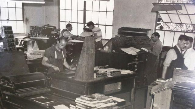 Foto antigua de la imprenta.