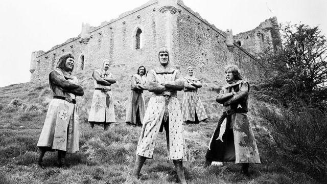 """На съемках фильма """"Монти Пайтон и Священный Грааль"""" в замке Дунн в Шотландии. 10 мая 1974 года"""