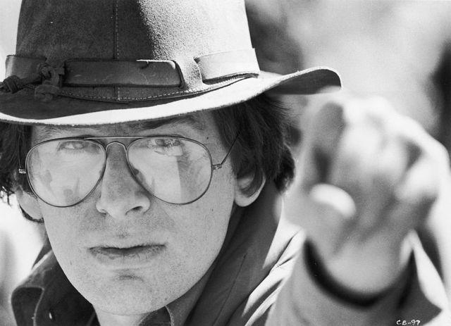 """30-летний Стивен Спилберг на съемках фильма """"Близкие контакты третьей степени"""". 1976 г."""