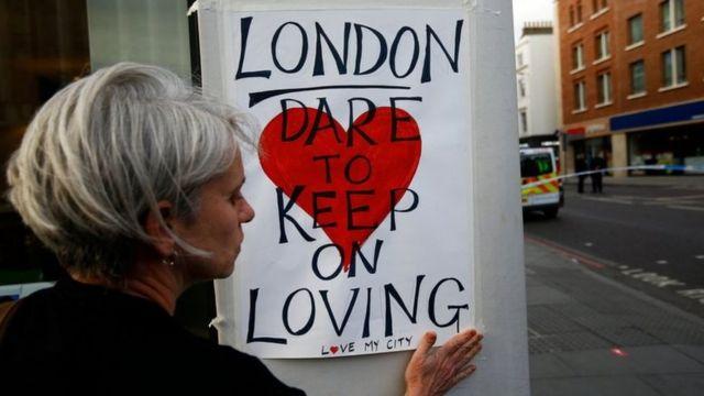 علقت اللافتات التي تقول إن الحب سينتصر على الكراهية