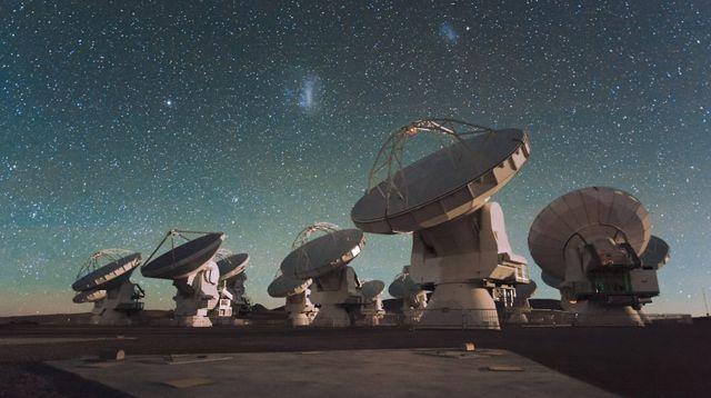 Foto do telescópio ALMA, no deserto do Atacama