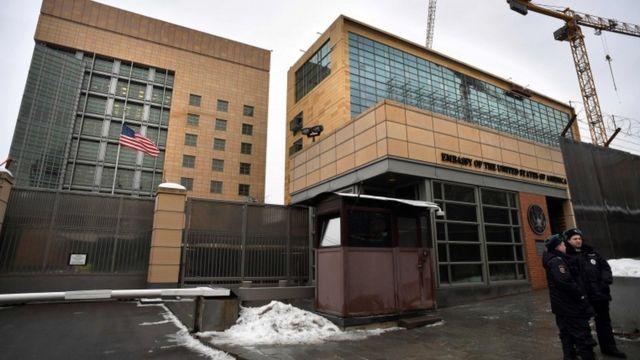 退去命令により、ワシントンにあるロシア大使館職員数はモスクワの米大使館職員数と同じ455人となる