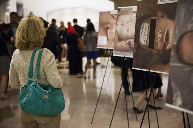 """معرض صور فوتوغرافية من داخل السجون السورية للمصور العسكري """"قيصر"""""""